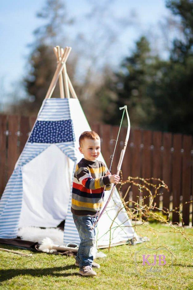 Jarní focení dětí - chlapeček u indiánského teepee s lukem a šípy